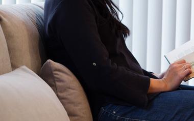 2.5人掛けのシンプルデザインなローソファーの背面クッションの様子